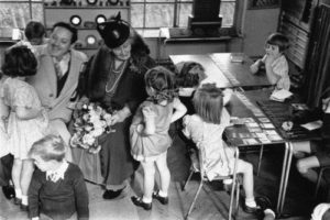 maria-montessori-with-children